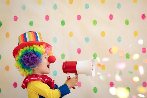 폴카 도트 벽에 재미 있은 아이 광대.