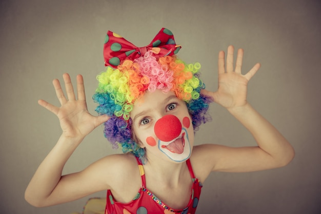 Забавный клоун ребенка. ребенок играет дома. концепция 1 апреля дурака