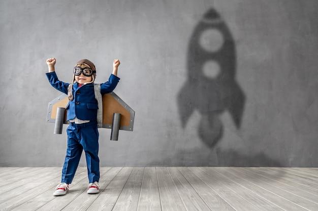 Забавный малыш мечтает стать летчиком-ракетчиком.