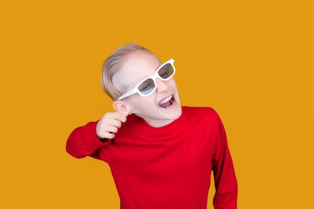안경 3d 영화에 재미 있은 아이는 귀에 자신을 당긴다
