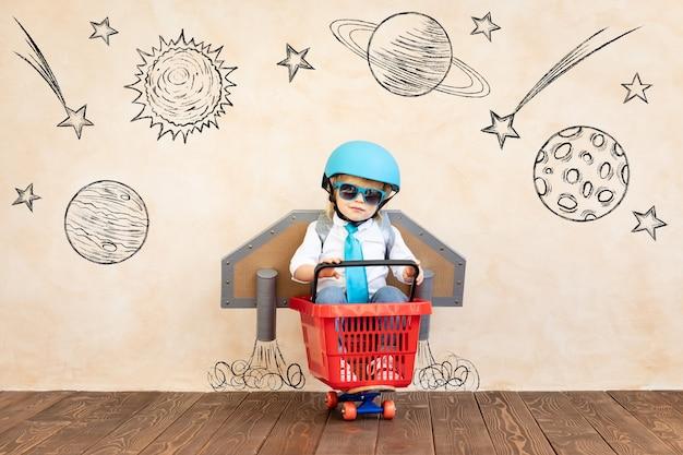 장난감 제트 팩과 함께 재미있는 아이.