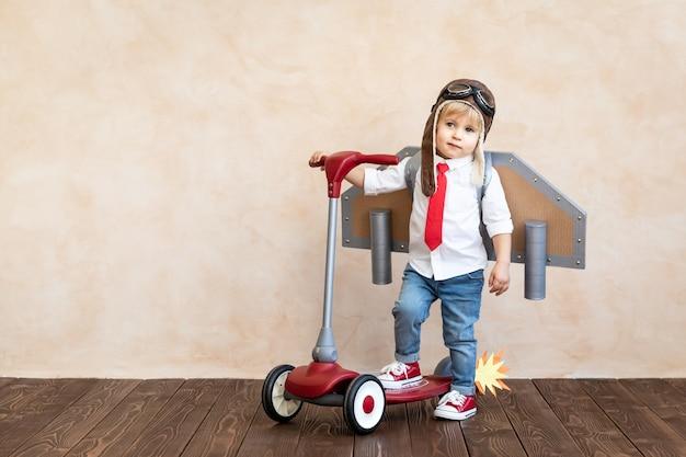 장난감 종이 날개를 가진 재밌는 아이