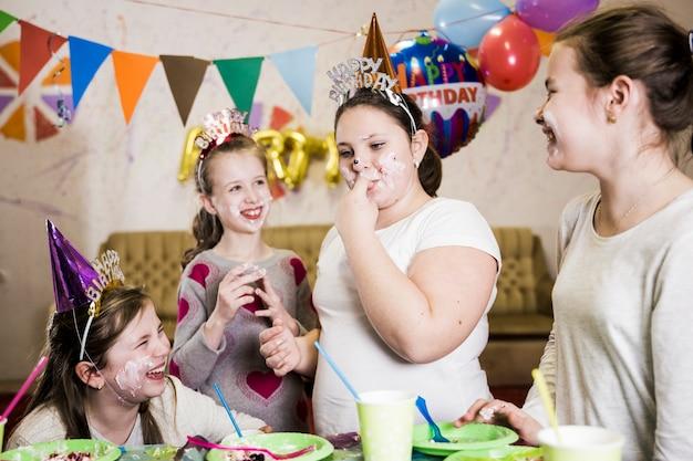 집에서 생일을 축하하는 재미있는 아이들
