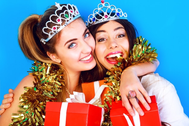 Ritratto di vacanza stile di vita divertente di due ragazze amiche piuttosto migliori pronte per la festa