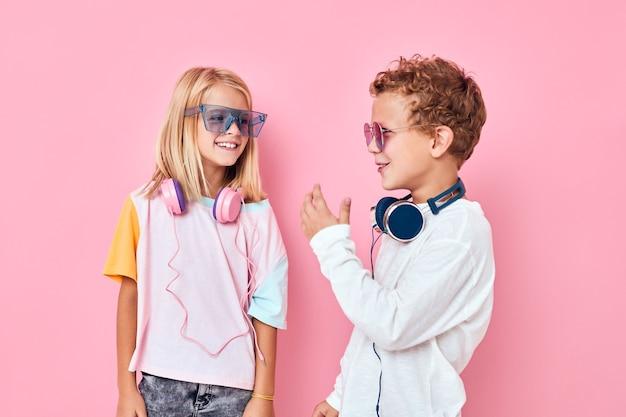 Забавный маленький мальчик и девочка светлые волосы модные очки концепция образа жизни детства