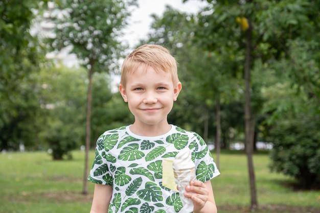 アイスクリームを食べる面白い少年