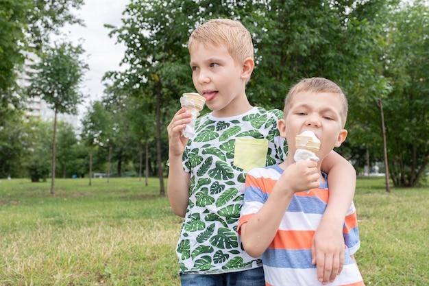 アイスクリームを食べる面白い男の子