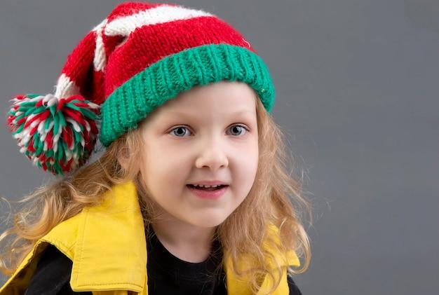Смешная маленькая девочка в шляпе рождества. портрет веселого и счастливого ребенка.