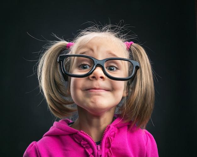 面白い大きな眼鏡の面白い女の子