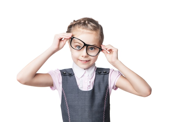 Смешная маленькая девочка в очках корчит рожи