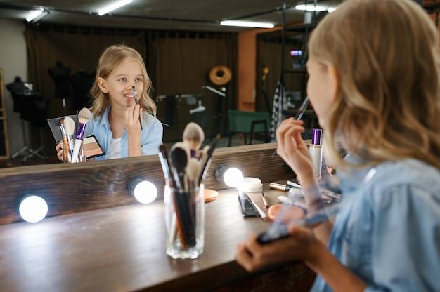 거울, 메이크업 살롱에서 보이는 재미있는 어린 소녀