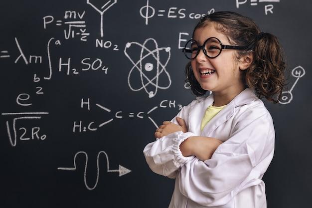 웃 고 안경 재미있는 어린 소녀 과학자