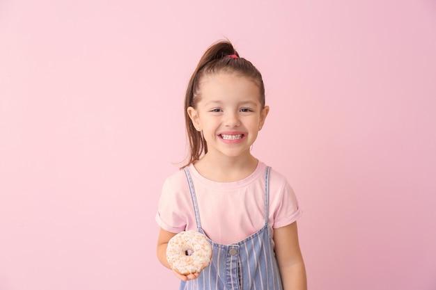 색상에 도넛과 재미있는 어린 소녀