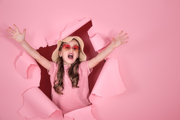 Смешная маленькая девочка в очках