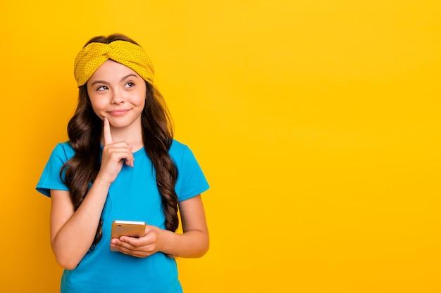 面白い小さな女性はあごに電話の指を保持すると思います