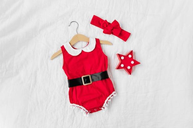 Забавный маленький костюм санты для девочки на кровати. счастливого рождества.