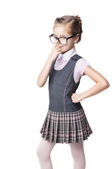Забавная маленькая школьница в очках