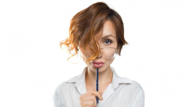 안경에 재미 보는 교사 여자는 카메라에 보인다. 선생님. 교육 개념
