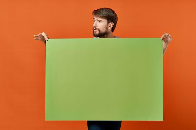 面白い男広告マーケティングコピースペースオレンジ色の背景