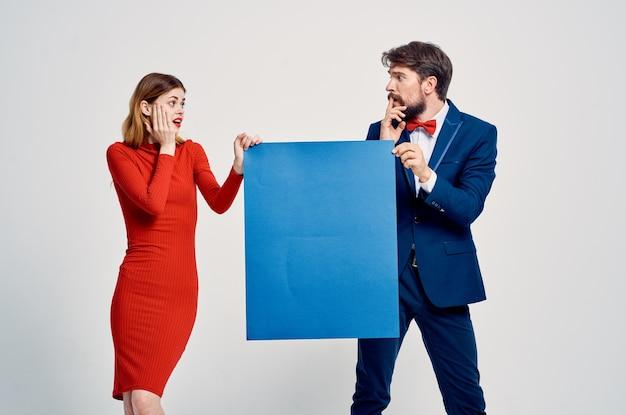 面白い男と女の青いモックアップポスタープレゼンテーション広告