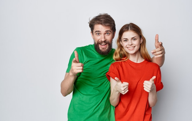 재미있는 남자와여자가 여러 가지 빛깔 된 티셔츠 감정 손 제스처 우정.