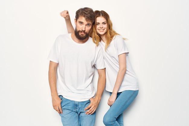 白いtシャツを着た面白い男と女が並んで立っている友情のコミュニケーション