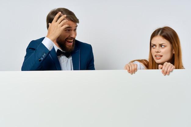Смешные мужчина и женщина официальные лица презентации рекламы копией пространства