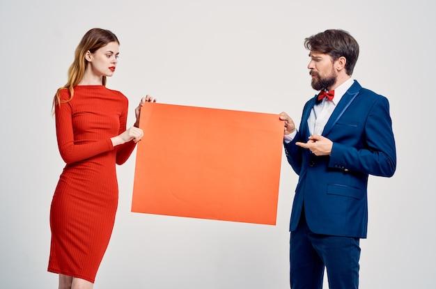 面白い男と女の赤いモックアップポスターコピースペースプレゼンテーション