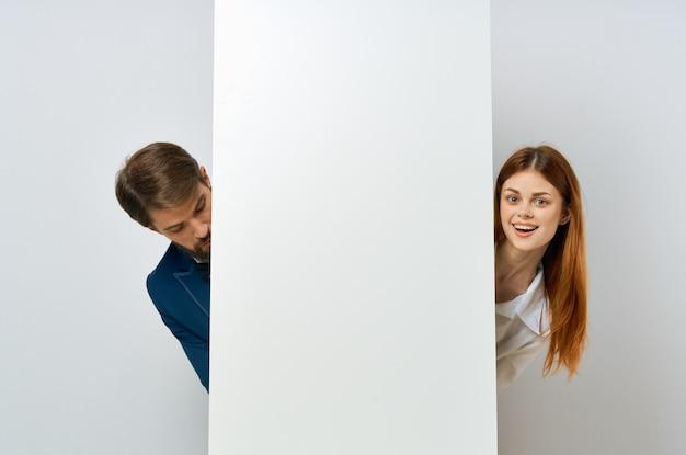 面白い男と女の白いモックアップポスターコピースペース広告プレゼンテーション。高品質の写真