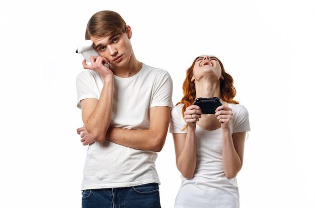 手にジョイスティックを持つ面白い男と女ビデオゲーム趣味友情