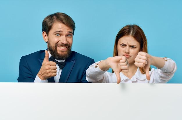 Забавный мужчина и женщина с белым макетом плаката рекламный знак изолированный фон