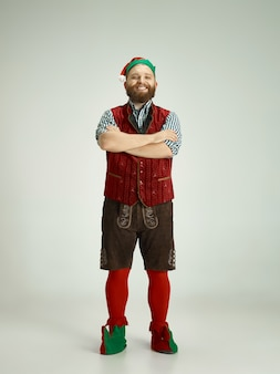 Uomo divertente in costume da elfo