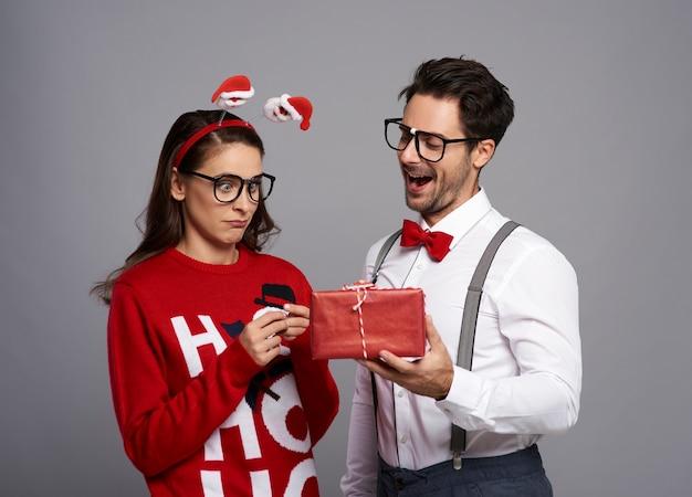 クリスマスプレゼントを与える変な男