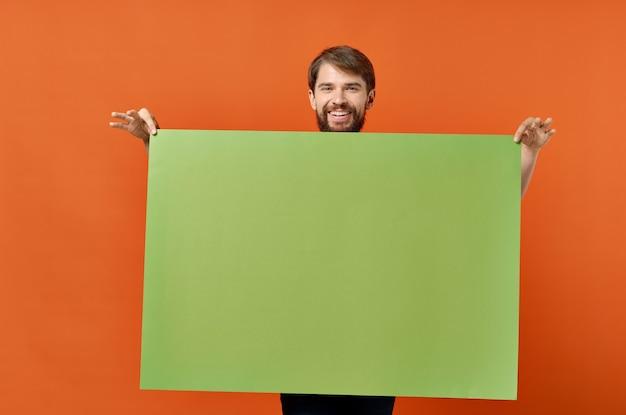 緑のバナーデザインスタジオのライフスタイルを保持している面白い男