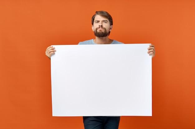 白いバナーデザインスタジオのライフスタイルを保持している面白い男。高品質の写真