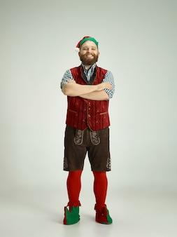 Забавный человек в костюме эльфа