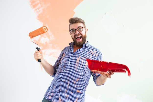 新しい家の壁を描いている変な男