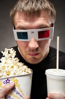 3d映画を見ている変な男