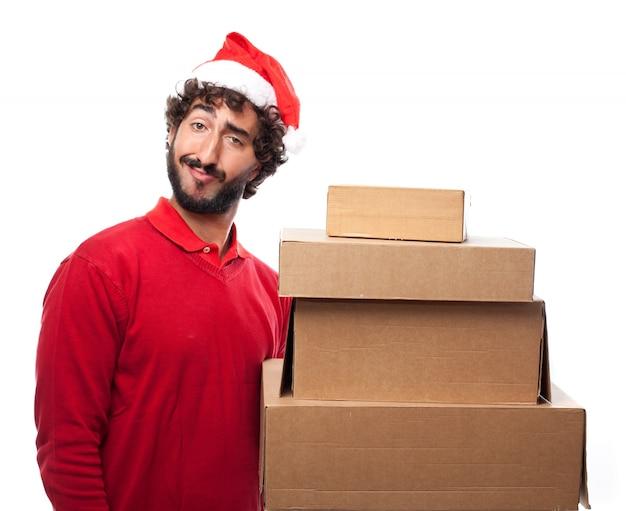 Uomo divertente con scatole di cartone