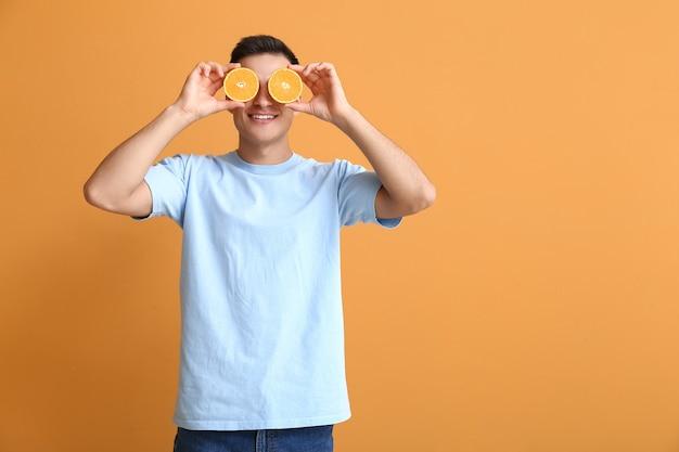 色の背景に熟したオレンジと面白い男