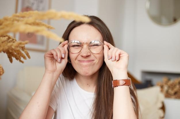 에코 스타일 주방에서 안경 재미 천년 여자. 트렌디 한 색상. 자연광