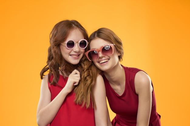 赤いドレスを着た面白いママと娘