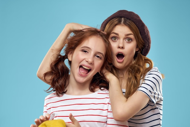縞模様の t シャツを着た面白いお母さんと娘