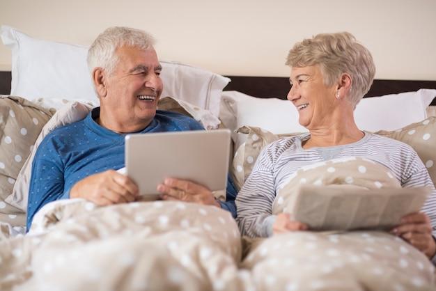 年配のカップルの面白い朝