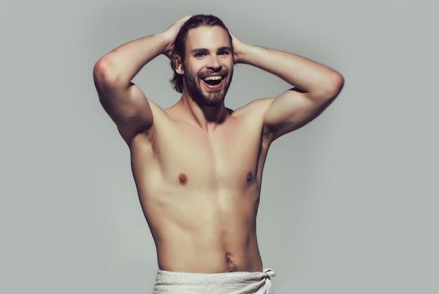 面白い朝のシャワー。白いタオルで幸せな裸の男、目を覚ます。