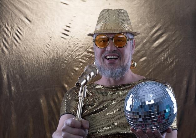 Смешной старик диджей с микрофоном