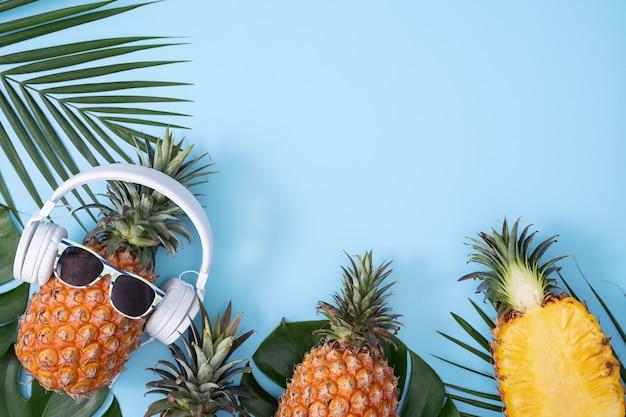 흰색 헤드폰, 음악 듣기의 개념을 입고 재미 파인애플 열 대 야자수 잎, 평면도, 평면 평신도 디자인 색 배경에 고립.