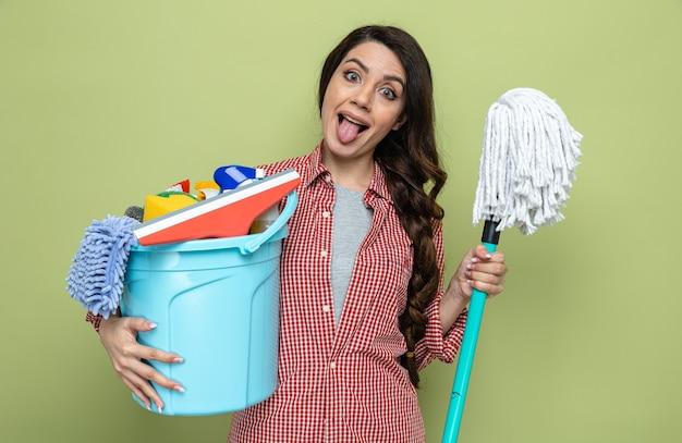 청소 장비와 폭도를 들고 웃긴 예쁜 백인 청소기 여자