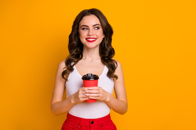 Смешно красивая леди держать бумажный стаканчик вынос взгляд сторона