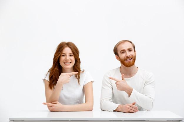 Смешные рыжий мужчина и женщина обвиняют друг друга